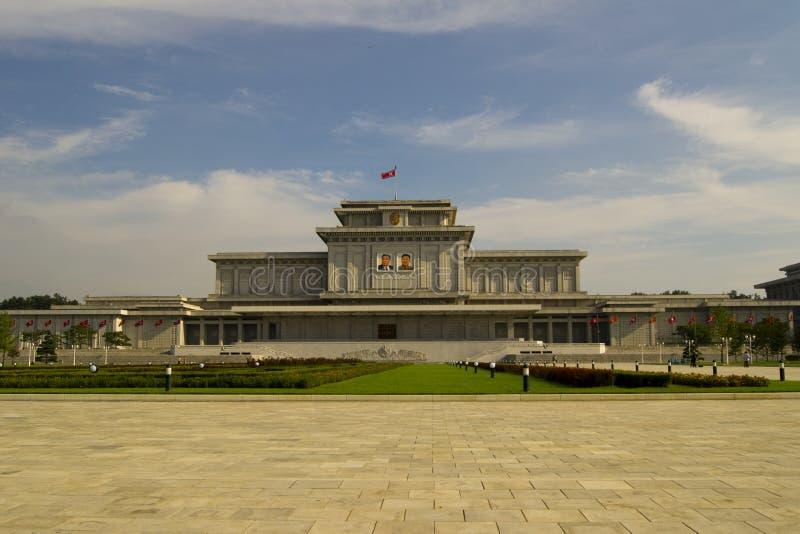 ПХЕНЬЯН, СЕВЕРНАЯ КОРЕЯ – ОКОЛО ИЮЛЬ 2013: Дворец o Kumsusan стоковая фотография