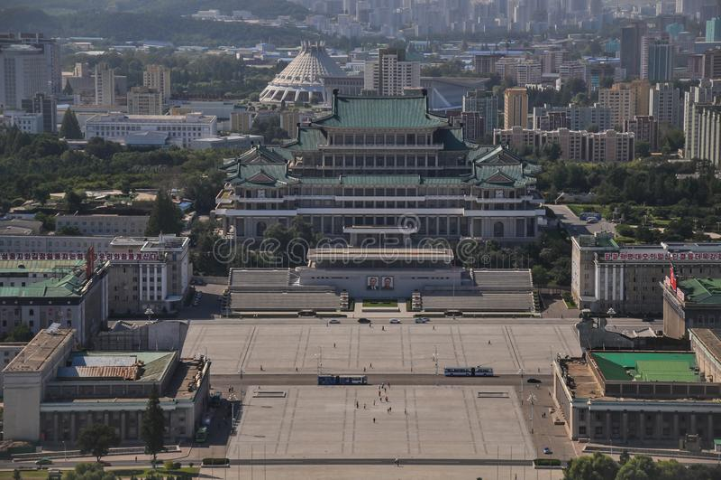 Пхеньян, Север-Корея, 09/07/2018: Дворец Kim Il-Sung на квадрате Kim Il-Sung неимоверно огромен и обычно хозяйничает ежегодное mi стоковая фотография