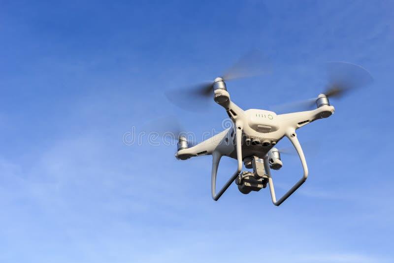 ПХУКЕТ, ТАИЛАНД - 9-ОЕ МАЯ: Wi фантома 4 Dji quadcopter трутня Pro стоковые фотографии rf