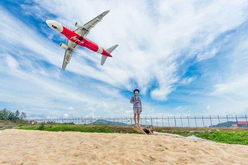 ПХУКЕТ, Таиланд - 23-ье октября 2017: Летание самолета Air Asia принимает на международный аэропорт Пхукета, пляж Mai Khao стоковые фото