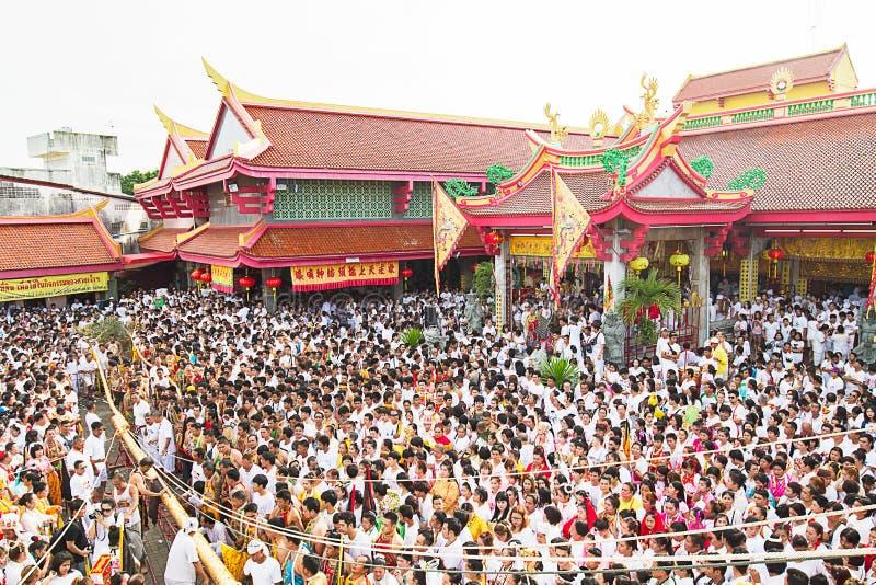 Пхукет, Таиланд - 12-ое октября 2015: Фестиваль Пхукета вегетарианский, подниматься церемонии бамбукового поляка стоковая фотография rf