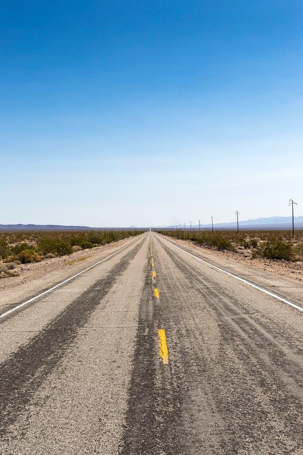 Пылевоздушная трасса 66 шоссе водит через пустыню Мохаве, Californ стоковые фотографии rf