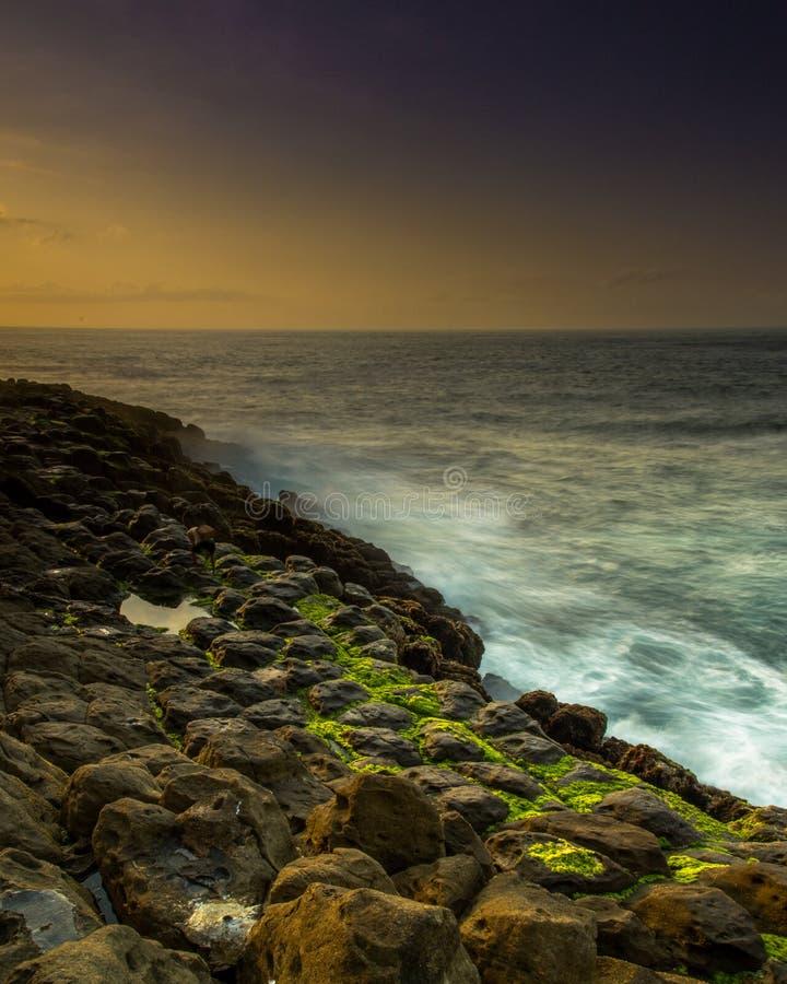 пытаться добраться до пляжа очень сложно, но не важно, насколько трудно мне кажется польщенной местностью стоковое изображение rf