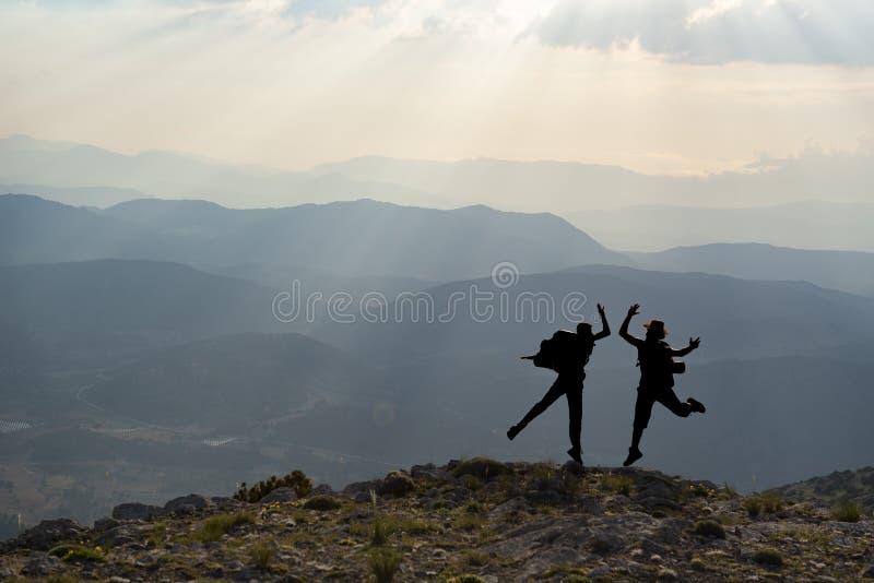 пышная горная цепь и успешные люди стоковое фото rf