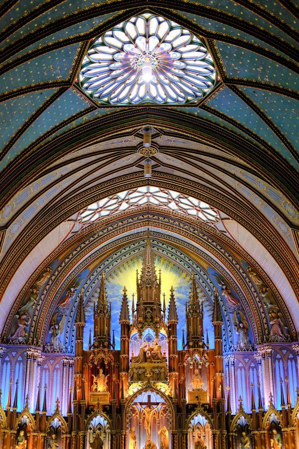 Пышный интерьер района собора и алтара показывая обширный космос внутрь стоковое фото rf