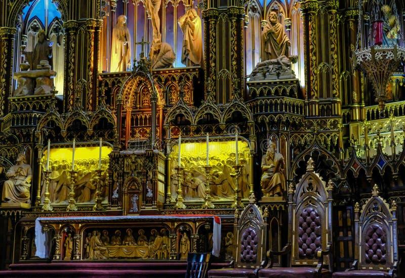Пышный интерьер района собора и алтара показывая обширный космос внутрь стоковая фотография