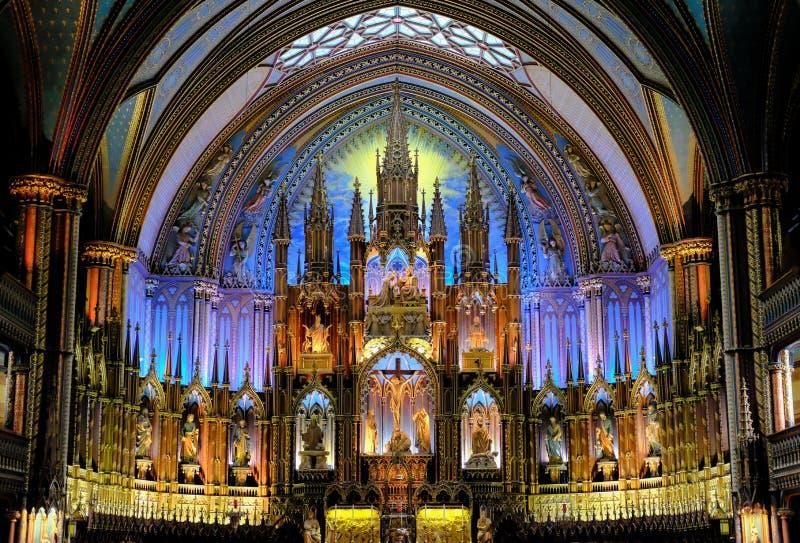 Пышный интерьер района собора и алтара показывая обширный космос внутрь стоковые изображения rf