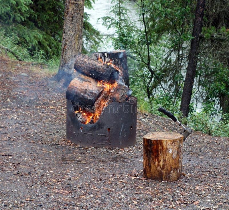 Пышный огонь в территориях Юкона стоковое изображение