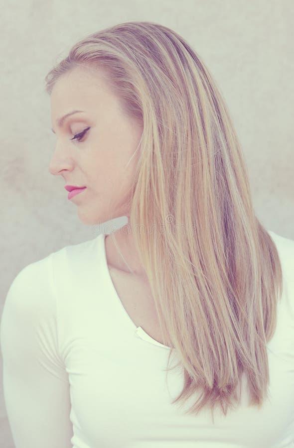 Пышный портрет красивой молодой женщины стоковые фотографии rf