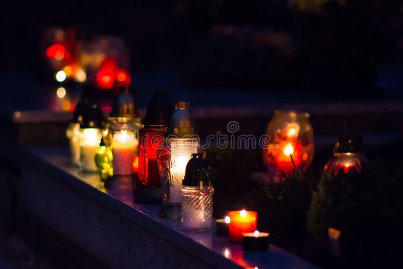 Пылать покрашенная свеча на могиле стоковое фото rf