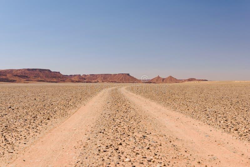 Пылевоздушный внедорожный след водя к горизонту, Марокко стоковые фотографии rf