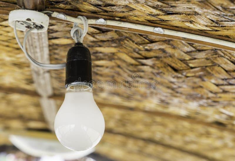 Пылевоздушный шарик потолочного освещения в сельской деревянной хате стоковое фото rf