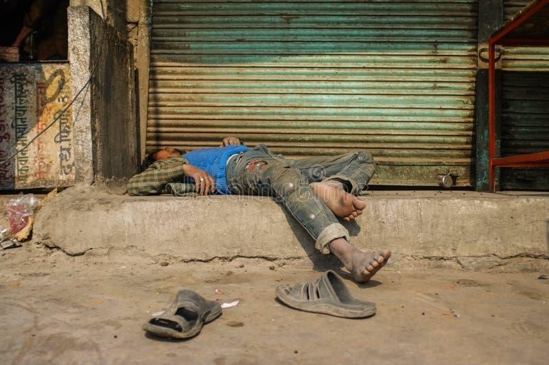 Пьяный человек проведенный вне стоковые фотографии rf