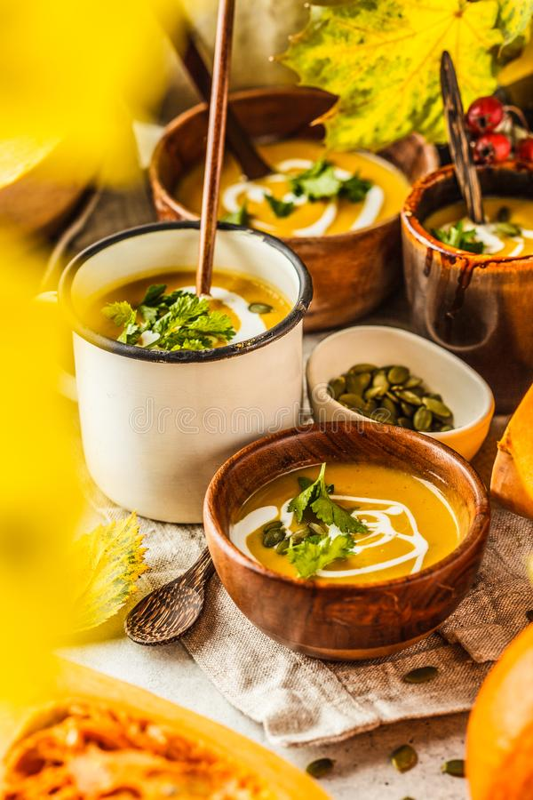 Пюре со сливками в чашках, пейзаж супа тыквы осени осени r стоковая фотография rf