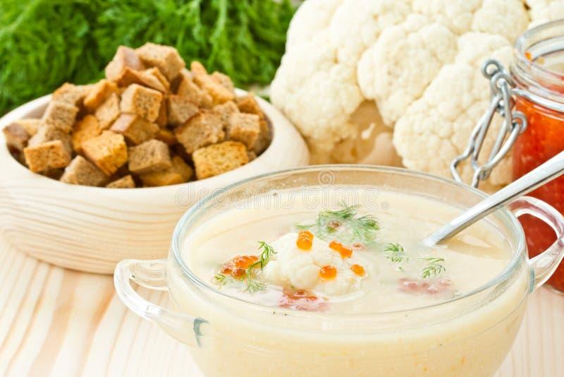 Пюре цветной капусты супа с красной икрой стоковая фотография