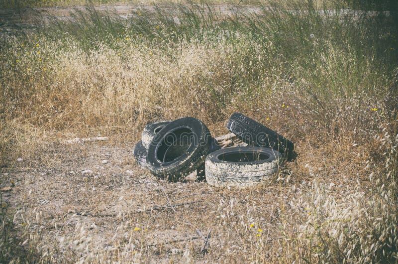Пятеро шин с подержанными автомобилями, брошенных в траву в заброшенном районе Родс, Греция стоковые фото
