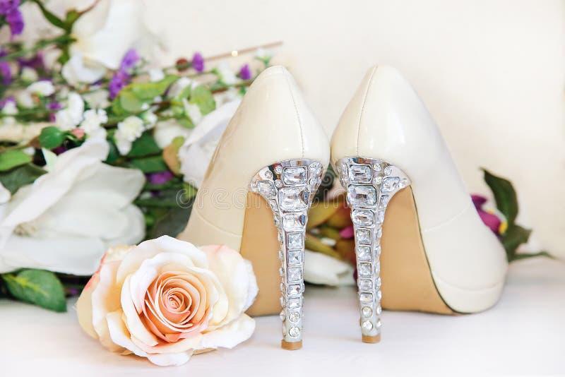 Пятки ботинок свадьбы украшены с драгоценными камнями стоковое изображение rf