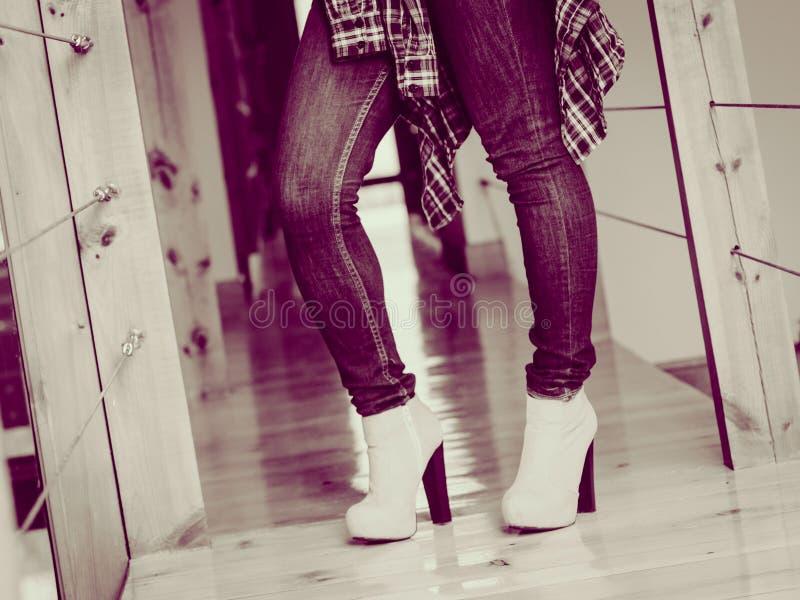 Пятки вскользь одежд носки женщины высокие крытые стоковое фото
