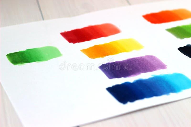 Пятна цвета отметки на бумаге, конце вверх, концепции делать эскиз к и рисовать стоковые фото