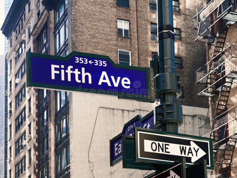 Пятые Ave или бульвар подписывают внутри Манхэттен Нью-Йорк США стоковые фото