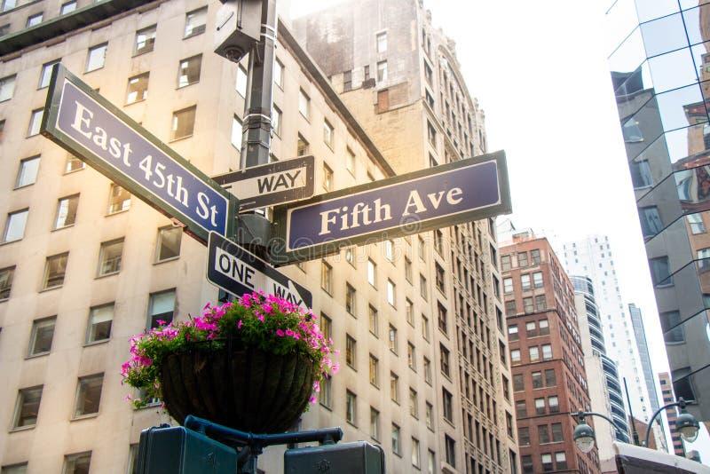 Пятый авеню подписывает внутри Нью-Йорк стоковые фото