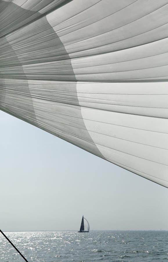 Плавайте против голубого неба, моря и яхт стоковые фото