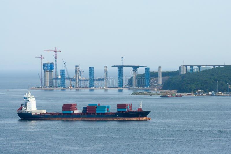 Плавание грузового корабля международной торговли контейнера стоковая фотография rf