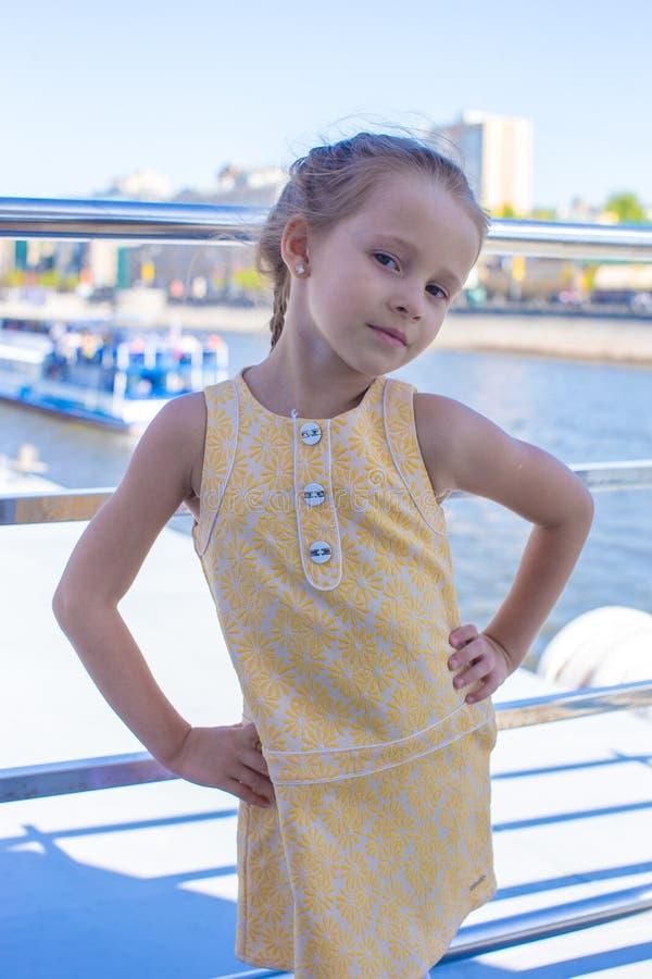 Download Плавание маленькой девочки на большом роскошном корабле Стоковое Изображение - изображение насчитывающей счастливо, boated: 40586995