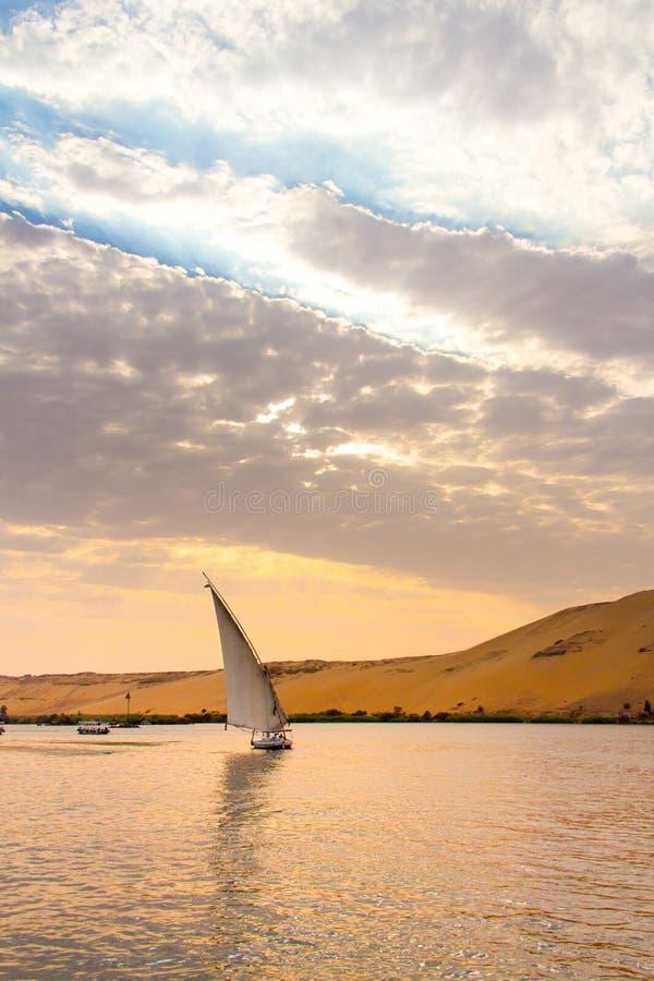 Плавание Нила в Луксоре, Египте на заходе солнца стоковая фотография