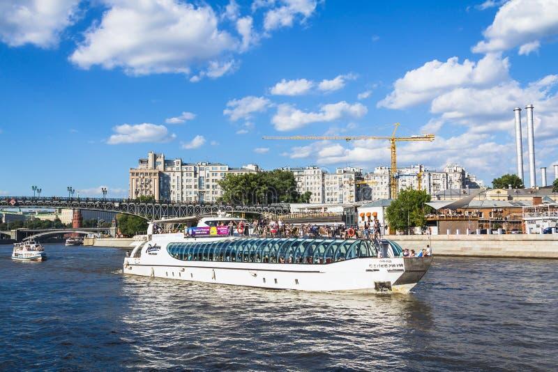 Плавание пассажирского корабля на реке Москвы стоковое фото