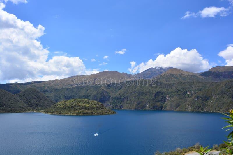 Плавание шлюпки на озере Cuicocha, в Otavalo, эквадор стоковое изображение rf