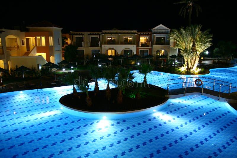 Плавательный бассеин гостиницы к ноча стоковые фото