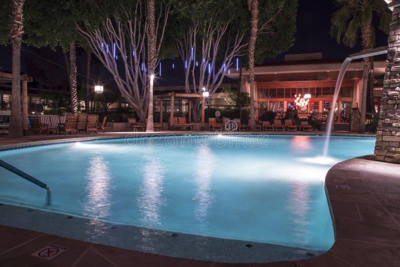 Плавательный бассеин на ноче стоковое фото
