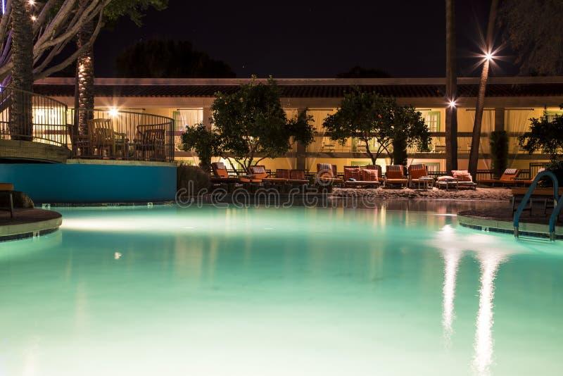 Плавательный бассеин на ноче стоковые изображения