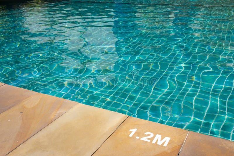 Плавательный бассеин с солнечный отражениями стоковое фото rf