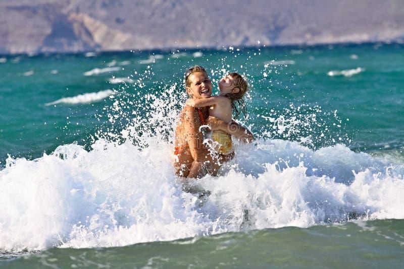 Плавать в океанских волнах стоковые фотографии rf