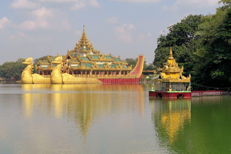 Плавать королевский barge внутри Янгон, Мьянма стоковое фото rf