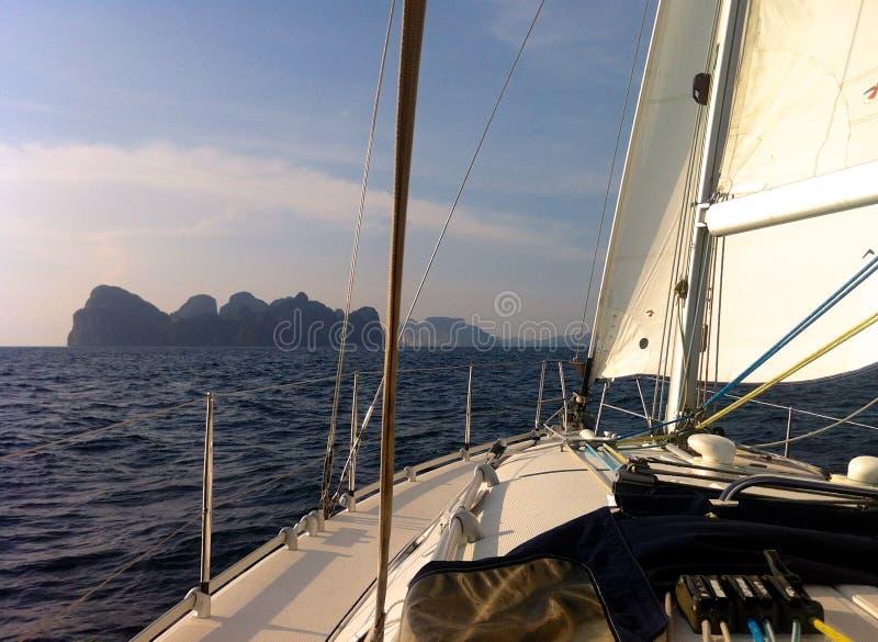 Плавать к островам Phi Phi стоковое изображение