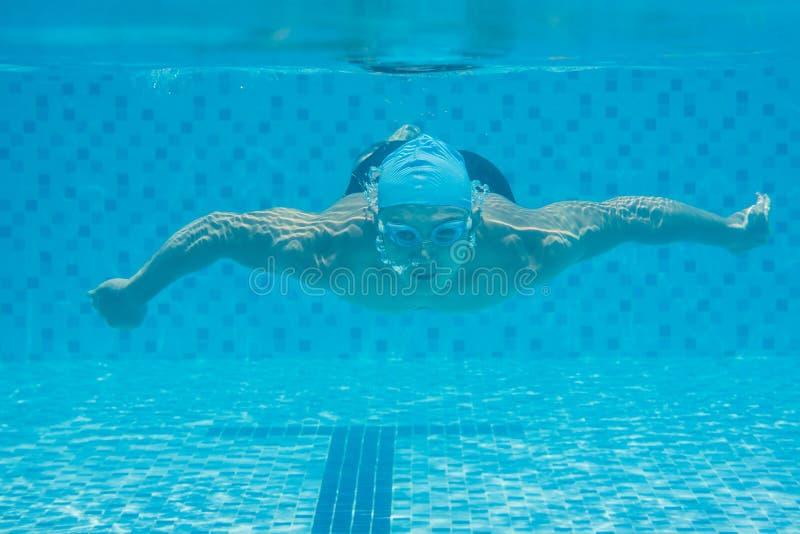 Плавать под водой Стоковые Фотографии RF