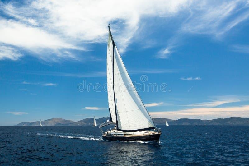 Плавать шлюпка яхты на воде океана, внешний образ жизни стоковые фотографии rf