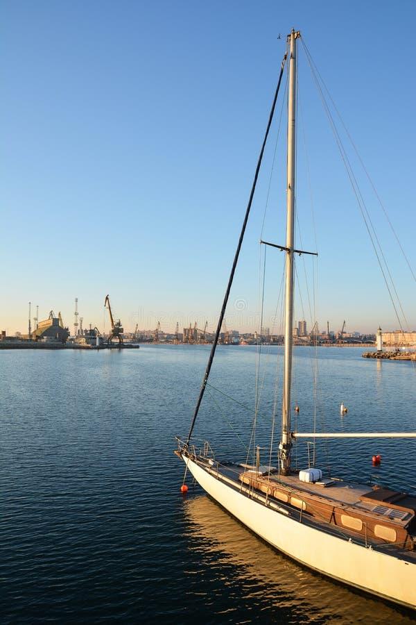 Плавать шлюпка яхты на море стоковое фото rf
