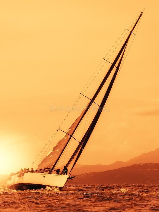 Плавать яхта на заходе солнца стоковые изображения rf