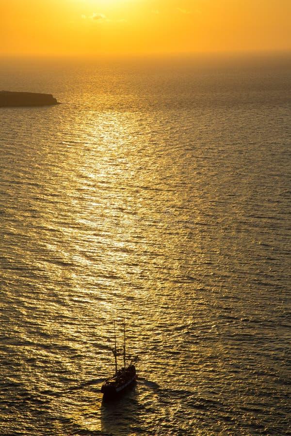 Плавающ к мглистому заходу солнца, Santorini, Греция стоковая фотография rf