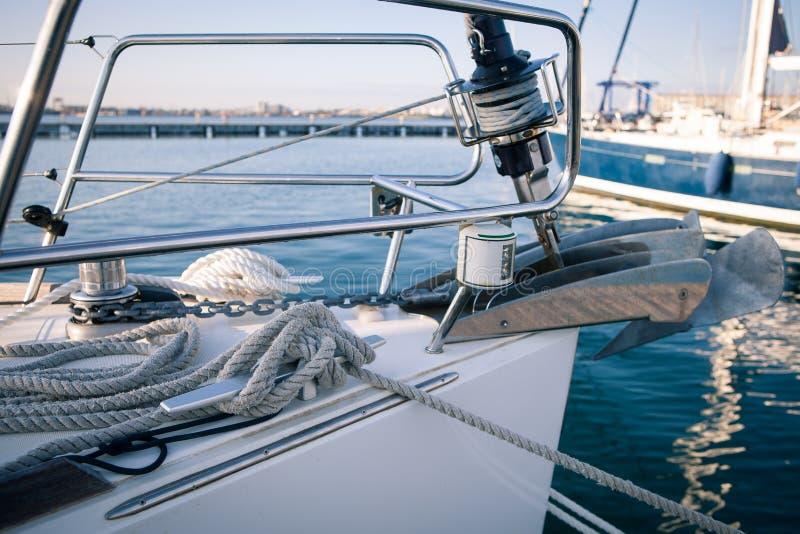 Плавающ на яхте, плавающ ворот и веревочки фронт шлюпки стоковые фотографии rf