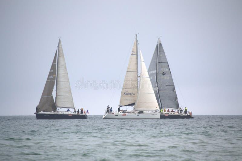 Плавающ яхта в открытом море стоковая фотография rf