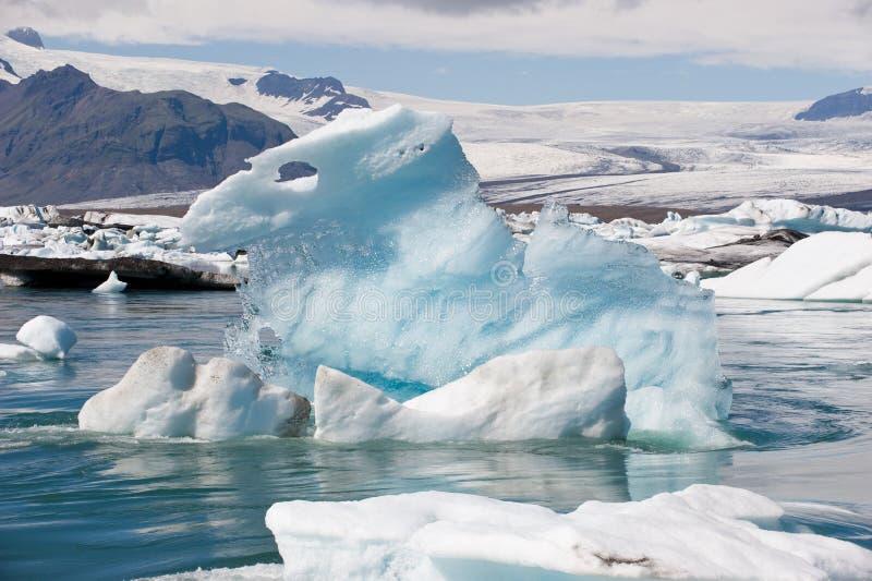 Плавая айсберг на лагуне Jokulsarlon льда, Исландии стоковое изображение rf