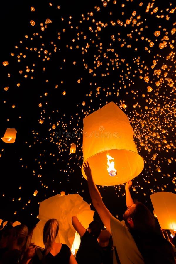 Плавая фонарик в Таиланде стоковые фото