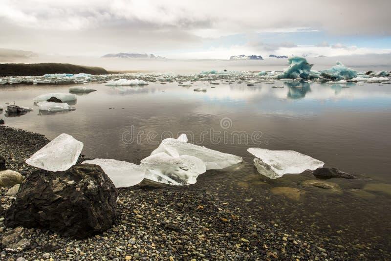 Плавя части льда в Jokulsarlon стоковое фото