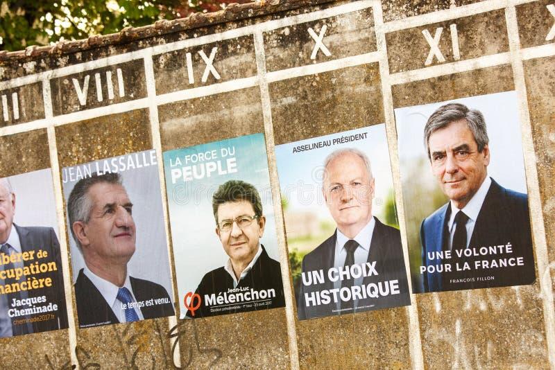 Плакаты избирательной кампании для президентских выборов 2017 французов в малой деревне стоковая фотография