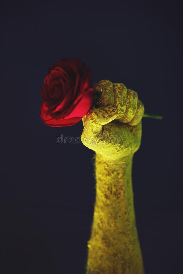 Плакат пропаганды красной розы кулака старый не пройдет стоковое изображение rf